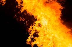 Φλόγες πυρκαγιάς σε ένα μαύρο υπόβαθρο με το διάστημα αντιγράφων Στοκ Εικόνες