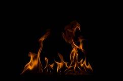 Φλόγες πυρκαγιάς σε μια μαύρη ανασκόπηση Στοκ Εικόνες