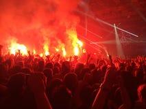 Φλόγες στη συναυλία ορχηστρών ροκ στοκ εικόνες