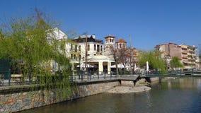 Φλώρινα, Ελλάδα Ποταμός Sakoulevas με τη Ορθόδοξη Εκκλησία των επιβαρύνσεων Panteleimon Στοκ εικόνα με δικαίωμα ελεύθερης χρήσης