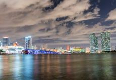 Φλώριδα Μαϊάμι Ορίζοντας πόλεων τη νύχτα με τις αντανακλάσεις νερού Στοκ φωτογραφία με δικαίωμα ελεύθερης χρήσης