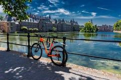 Χάγη, Κάτω Χωρών - 28,2018 Ιουνίου: Ποδήλατο μπροστά από το παλάτι Binnenhof στοκ φωτογραφίες