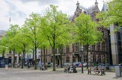 Χάγη, Κάτω Χώρες - 8 Μαΐου 2015: Άνθρωποι σε Het Plein στο κέντρο της Χάγης Στοκ Εικόνες