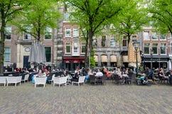 Χάγη, Κάτω Χώρες - 8 Μαΐου 2015: Ολλανδικοί λαοί στην καφετέρια σε Het Plein Στοκ φωτογραφία με δικαίωμα ελεύθερης χρήσης