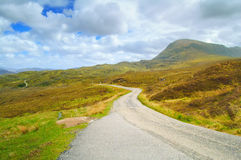 Χάιλαντς του στενού οδικού τοπίου της Σκωτίας, UK στοκ εικόνες
