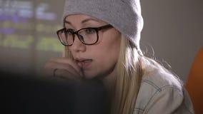 Χάκερ νεαρών άνδρων και γυναικών που προσπαθούν να αποκτήσει πρόσβαση σε ένα συγκρότημα ηλεκτρονικών υπολογιστών απόθεμα βίντεο