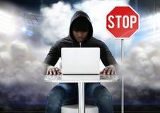 Χάκερ που εργάζεται στο lap-top μπροστά από τον πίνακα στάσεων Στοκ Εικόνες