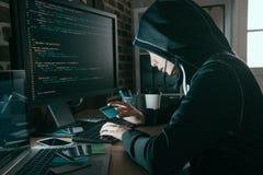 Χάκερ που κλέβεται χρησιμοποιώντας άλλη πιστωτική κάρτα ανθρώπων ` s Στοκ Φωτογραφίες