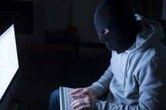 Χάκερ που φορά balaclava Στοκ φωτογραφία με δικαίωμα ελεύθερης χρήσης
