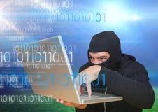 Χάκερ που χρησιμοποιεί ένα lap-top μπροστά από τον τομέα χλόης Στοκ φωτογραφίες με δικαίωμα ελεύθερης χρήσης