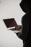 Χάκερ που χρησιμοποιεί ένα lap-top Στοκ φωτογραφία με δικαίωμα ελεύθερης χρήσης