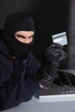 0 χάκερ που χρησιμοποιεί την πιστωτική κάρτα και το lap-top Στοκ Φωτογραφίες