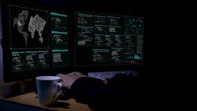 Χάκερ που χρησιμοποιεί τον υπολογιστή με την κωδικοποίηση και τη διεπαφή στο σκοτεινό δωμάτιο με την περιβαλλοντική υγιή φουτουρι απόθεμα βίντεο