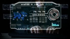 Χάκερ που χρησιμοποιεί το πληκτρολόγιο με τον κώδικα ενδιάμεσων με τον χρήστη HUD για την εγκληματική επίθεση cyber cyber και τη