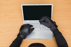 Χάκερ που χρησιμοποιεί το lap-top για να κλέψει την ταυτότητα Στοκ εικόνες με δικαίωμα ελεύθερης χρήσης