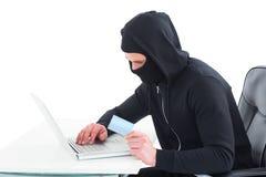 Χάκερ που χρησιμοποιεί το lap-top και την πιστωτική κάρτα Στοκ Εικόνα