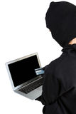 Χάκερ που χρησιμοποιεί το lap-top και την πιστωτική κάρτα Στοκ φωτογραφία με δικαίωμα ελεύθερης χρήσης