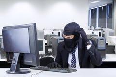 Χάκερ στο επιχειρησιακό κοστούμι που παίρνει συγκεχυμένο Στοκ Φωτογραφίες