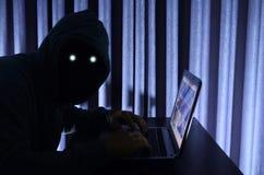 Χάκερ στο lap-top Στοκ φωτογραφίες με δικαίωμα ελεύθερης χρήσης