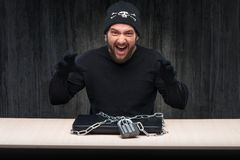 Χάκερ υπολογιστών με το κλειδωμένο lap-top Στοκ φωτογραφία με δικαίωμα ελεύθερης χρήσης