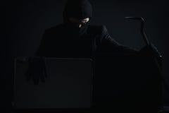 0 χάκερ υπολογιστών στα stealing στοιχεία κοστουμιών από το lap-top με cro Στοκ εικόνα με δικαίωμα ελεύθερης χρήσης