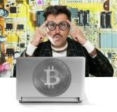 Χάκερ Nerd με τα γυαλιά Bitcoin BTC στο κύκλωμα στοκ εικόνα με δικαίωμα ελεύθερης χρήσης