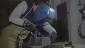 Χάλυβας και σίδηρος συγκόλλησης σιδηρουργών σε σε αργή κίνηση στο εργαστήριό του, κινηματογράφηση σε πρώτο πλάνο απόθεμα βίντεο
