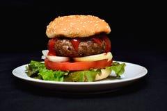 Χάμπουργκερ βόειου κρέατος με τη σαλάτα Στοκ Εικόνα