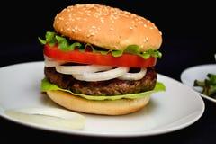 Χάμπουργκερ βόειου κρέατος με τη σαλάτα Στοκ εικόνα με δικαίωμα ελεύθερης χρήσης