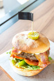 Χάμπουργκερ βόειου κρέατος του Angus Στοκ Εικόνες