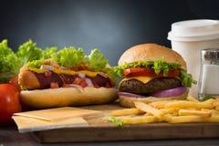 Χάμπουργκερ γρήγορου φαγητού, επιλογές χοτ-ντογκ με burger Στοκ Φωτογραφίες