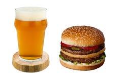 Χάμπουργκερ και μπύρα στο άσπρο χοτ-ντογκ υποβάθρου και μπύρα σε ένα άσπρο υπόβαθρο Στοκ Εικόνα