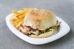 Χάμπουργκερ κοτόπουλου με τα τσιπ Στοκ Εικόνες
