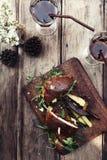 Χάμπουργκερ με τα τηγανητά και τη σαλάτα Στοκ Εικόνες
