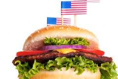 Χάμπουργκερ με τις αμερικανικές σημαίες Στοκ Εικόνες