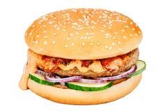 Χάμπουργκερ με το βόειο κρέας, το αγγούρι και το κρεμμύδι Στοκ εικόνα με δικαίωμα ελεύθερης χρήσης