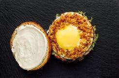 Χάμπουργκερ με το κρέας και το αυγό βόειου κρέατος Στοκ φωτογραφίες με δικαίωμα ελεύθερης χρήσης