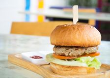 χάμπουργκερ σπιτικό Φρέσκο κρέας, βόειο κρέας σχαρών, λαχανικό και burger Στοκ φωτογραφία με δικαίωμα ελεύθερης χρήσης