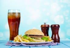 Χάμπουργκερ, τηγανιτές πατάτες και ποτήρι γρήγορου φαγητού καθορισμένο της κόλας Στοκ Εικόνες