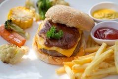 χάμπουργκερ, τηγανιτές πατάτες Στοκ Εικόνες