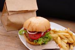 χάμπουργκερ τηγανιτών πατατών στοκ εικόνα με δικαίωμα ελεύθερης χρήσης