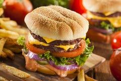 Χάμπουργκερ τυριών βόειου κρέατος με την ντομάτα μαρουλιού Στοκ Εικόνα