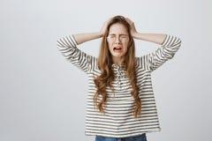 Χάνοντας έλεγχος κοριτσιών των συναισθημάτων, που είναι υπό πίεση και της πίεσης Χαριτωμένη νέα γυναίκα στα γυαλιά που κρατά τα χ στοκ φωτογραφία με δικαίωμα ελεύθερης χρήσης