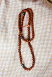 Χάντρες ή rosary Rudraksha πέρα από ένα κλωστοϋφαντουργικό προϊόν στοκ φωτογραφία με δικαίωμα ελεύθερης χρήσης