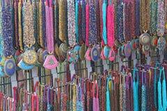 Χάντρες από τις χάντρες με τα κρεμαστά κοσμήματα κρεμαστών κοσμημάτων στην αγορά των bazaars στην Ινδία Κοσμήματα Ινδία Θιβέτ στοκ φωτογραφία με δικαίωμα ελεύθερης χρήσης