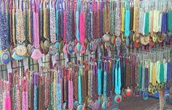 Χάντρες από τις χάντρες με τα κρεμαστά κοσμήματα κρεμαστών κοσμημάτων στην αγορά των bazaars στην Ινδία Κοσμήματα Ινδία Θιβέτ στοκ φωτογραφίες