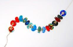 Χάντρες γυαλιού Handcrafted στην ασημένια αλυσίδα Στοκ Φωτογραφία