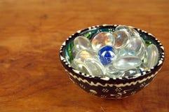 Χάντρες γυαλιού σε ένα φλυτζάνι πορσελάνης στοκ εικόνες