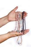 Χάντρες εκμετάλλευσης χεριών γυναικών Στοκ εικόνα με δικαίωμα ελεύθερης χρήσης