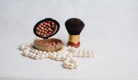 Χάντρες μαργαριταριών, και ένα κιβώτιο του ρουζ και της βούρτσας για τη σύνθεση Στοκ Φωτογραφία